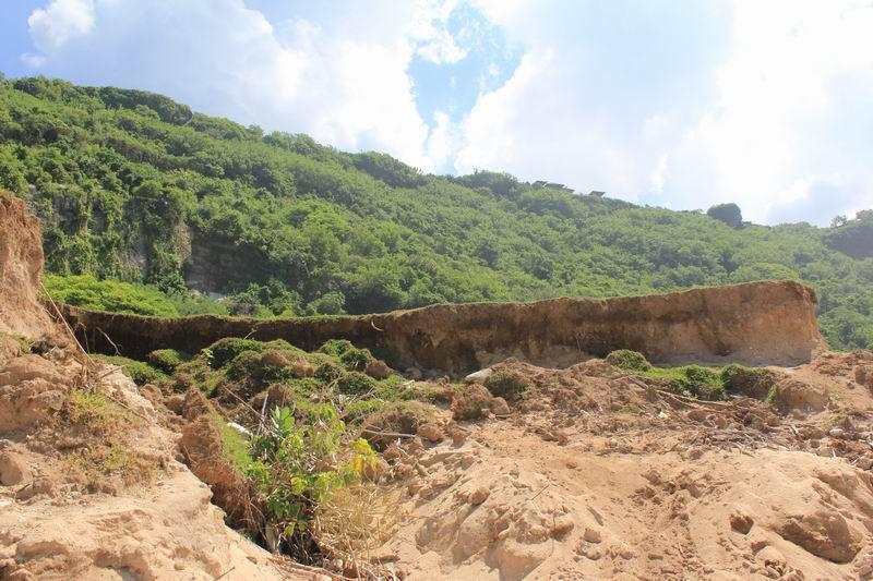 この後ろの丘から降りてきました。バリ島で一番駐車場からポイントまで段差があるサーフポイントがこのニャンニャンです。