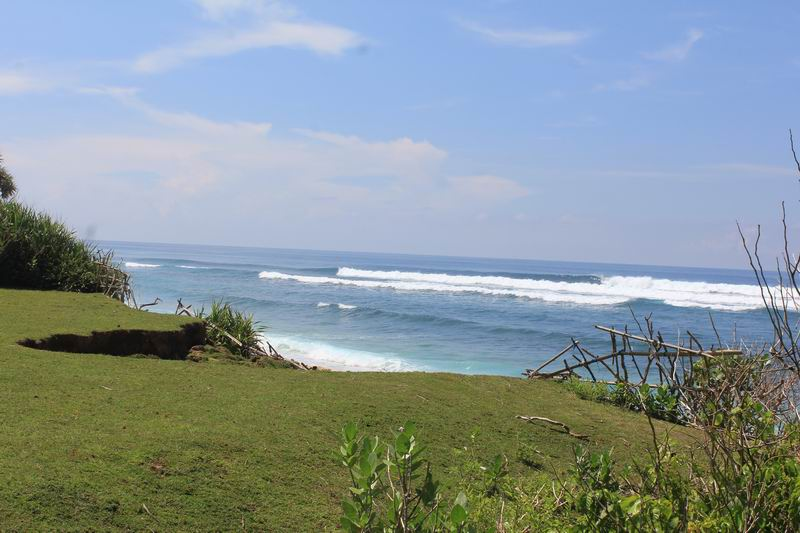 無人のブレークが割れていて人は激少なくパラダイス、バリの中でも珍しい景色まるでハワイのウエストサイドにいるかのよう錯覚します。
