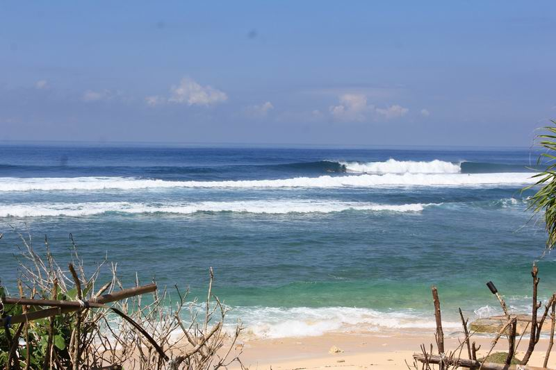 レギュラーとグーフィーのブレイクがあり、この波の左側がグーフィーですが、この日は今一つだったのでさつえいしませんでした。
