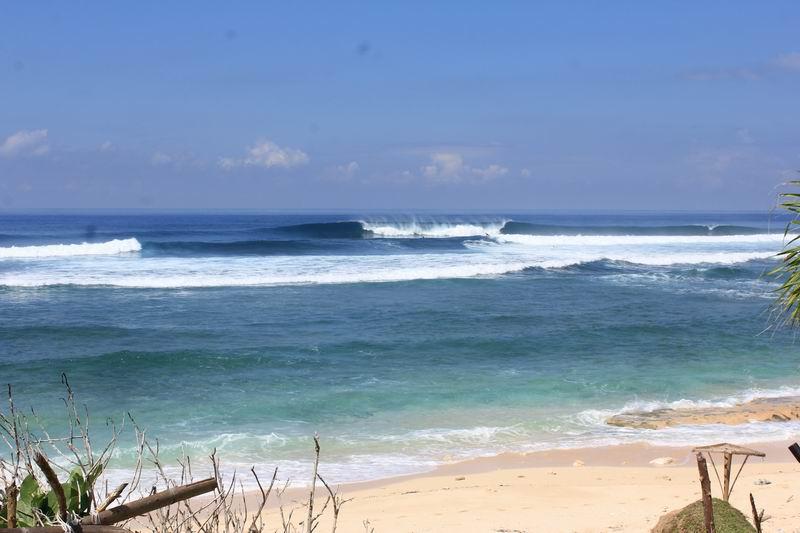 波もハワイのようにパワフルです。水も透き通り最高です。