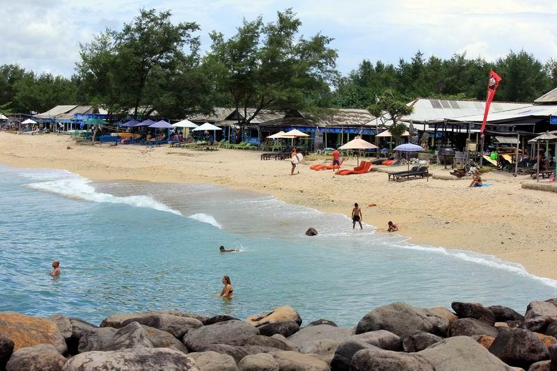 ビーチには7,8件ほど海の家があり荷物や貴重品を預けられ飲食もできます。