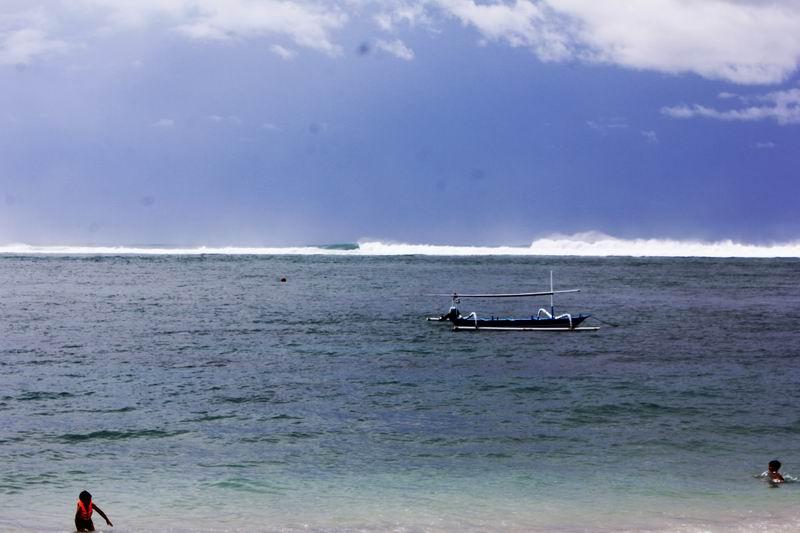 ヌサドゥアは大きく分けると3つのブレークがありこれはメインのブレーク、この日は波が大きくゆうにダブルオーバーです。