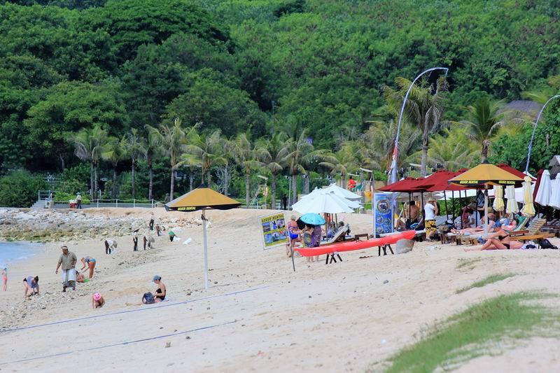 ヌサドゥアのビーチはホテルが立ち並びリゾート客でにぎわっています。