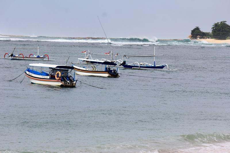 ビーチに出ると広い海が見えてきてカヌー乗り場が正面にあります。ポイントは500mほど沖合カヌーで7分ほど、パドルだと20分ぐらいかかります。
