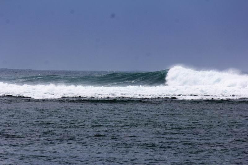 望遠レンズでアップで撮るとこんな感じの波、ゆっくり割れてるようですがパワーがある波です。