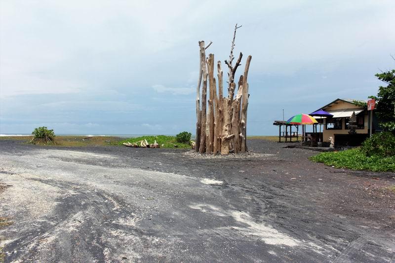 左折してから200mほど海側に入るとビーチに突き当たります。この正面はポイント、右の建物はWARUN 海の家