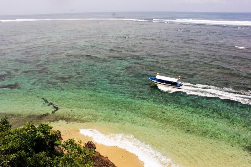 ポイントに行く船、カヌーでサーフィンに行くのは醍醐味、片道、往復どちらか選べます。