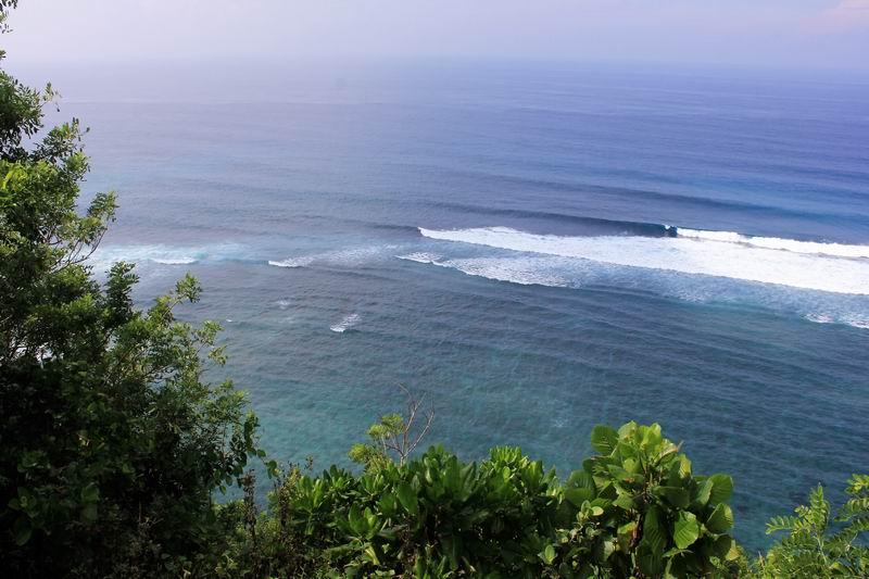 駐車場わきから波チェック、バリの南の海が一望、レギュラー方向に割れているのがグリーンボールの波