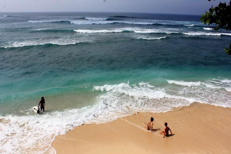 ビーチに降りるといきなり美女出現、グリーンボールのビーチは綺麗な西洋人女性率が高いです。