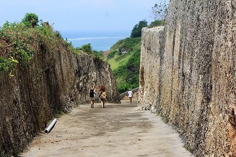 ビーチまでは舗装された道と階段を降りていきます。