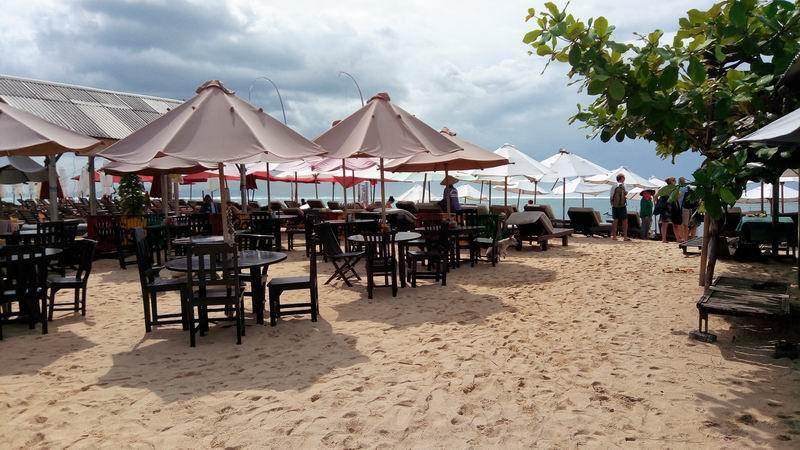 駐車場からはレストランやカフェの間を通り30mほどでビーチ到着