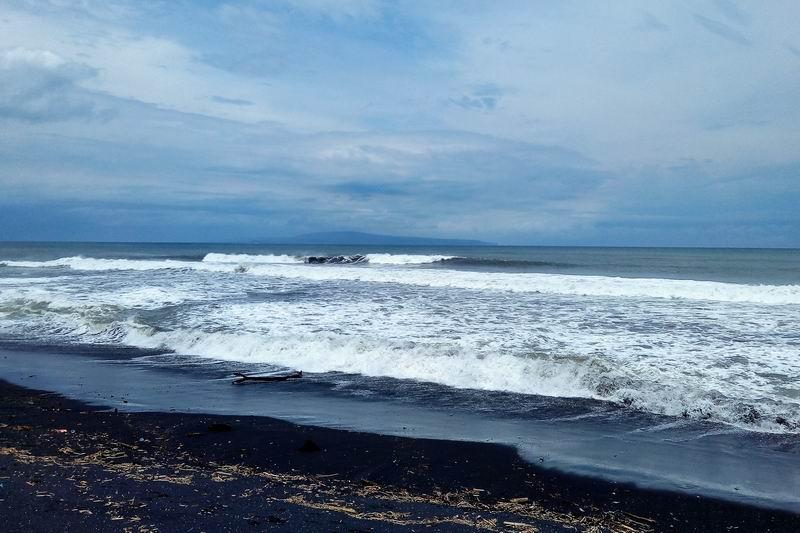 こちらWELCOMEの看板前の方が良い波が立っていました。
