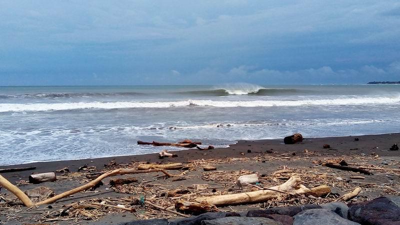 三角ピークのメローな波、サンドバーが出来上がってる場所を探せばよい波に当たるでしょう。