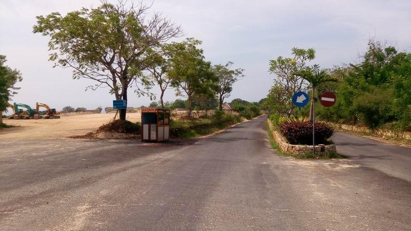 パンダワのゴルフ場の脇道をGUNUNG PAYUNGのお寺方面に進んでいきます。途中ゲートがあり通行料を徴収されます。
