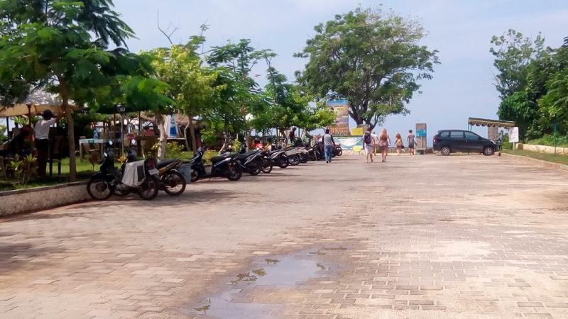 そうすると駐車場が現れます。突き当りから海に降りる道があり脇にはWARUNが数件あり飲食できます。