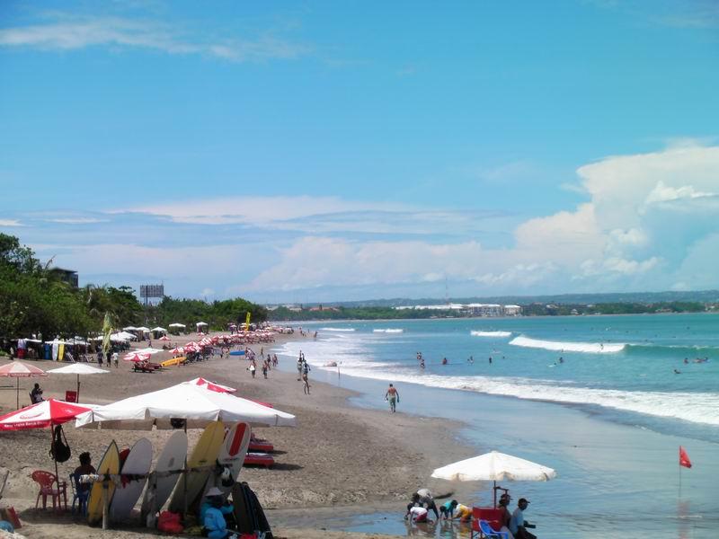 クタビーチはバリ島で一番人気のビーチ、日中の海岸はサーファー観光客で大賑わい