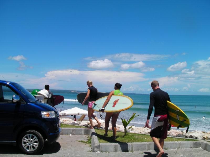 各国から大勢の初心者サーファーが訪れます。