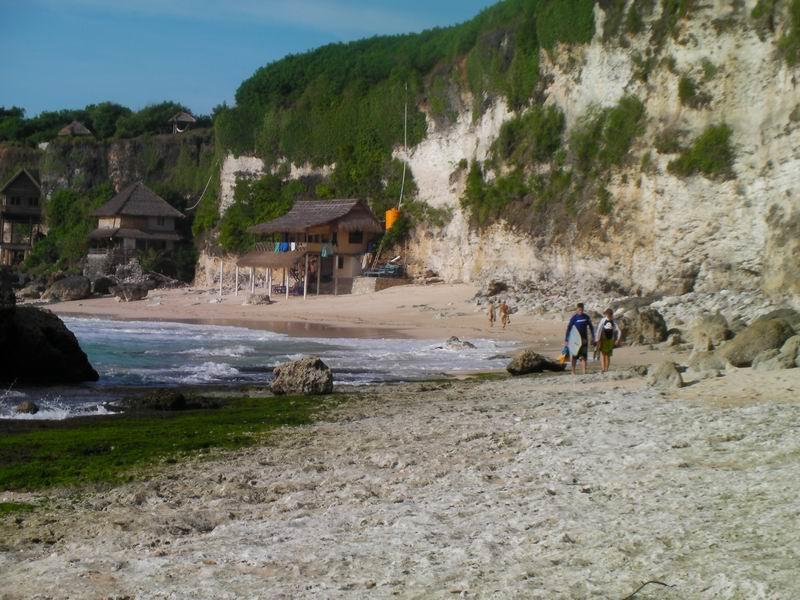 ビンギンのビーチまで降りたら岩盤の上を右方向へ150mほど歩いて行きます。